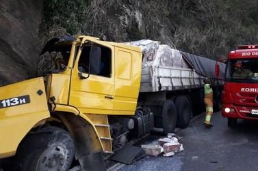 Motorista fica ferido após carreta carregada com leite sair da pista em Piraí