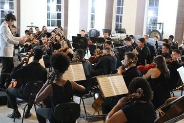 Orquestra de Barra Mansa se apresenta com participação de violinista austríaco