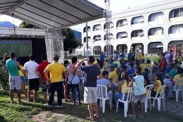 Telão para transmissão do jogo Brasil x Bélgica é montado no Centro de Itatiaia