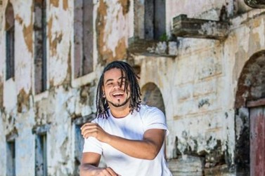 Cantor Arnaldo Junior se apresenta com sucessos da MPB em Volta Redonda