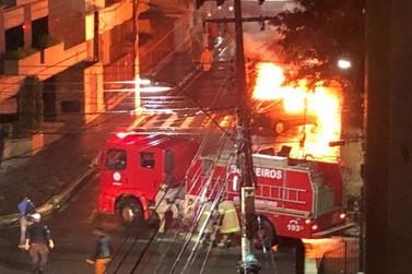 Carro fica destruído após pegar fogo no Centro de Barra Mansa