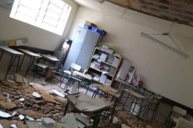 Teto de colégio desaba e alunos estudam em local improvisado em Mendes