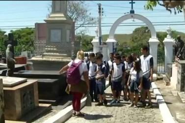 Alunos têm aula inusitada em cemitério para aprender sobre a história de Resende