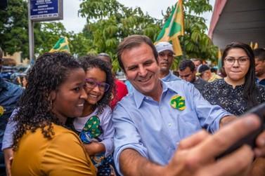 Em caminhada por Jacarepaguá, Paes prioriza Segurança Pública