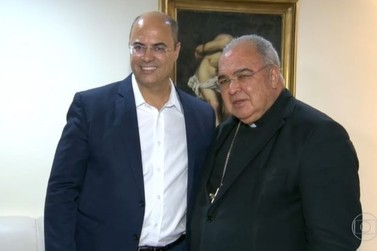 Wilson Witzel entrega documento firmando compromissos na Arquidiocese do RJ