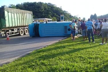 12 crianças ficam feridas em acidente com van e carro em Barra do Piraí