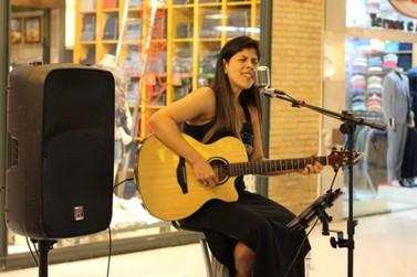 Cantora Flávia Santiago se apresenta no feriado em Volta Redonda