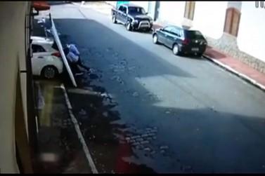 Carro desce sozinho de garagem e derruba portão que atinge casal de idosos