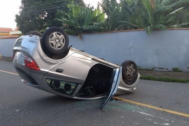 Carros batem e um deles capota em Volta Redonda
