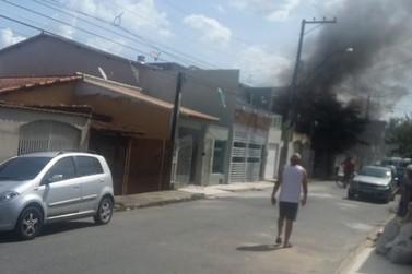 Incêndio de grandes proporções atinge casa no Volta Grande IV, em Volta Redonda