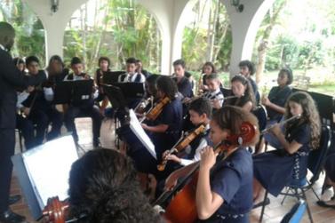 Orquestra Pequenina Calixto leva música clássica a Paraty