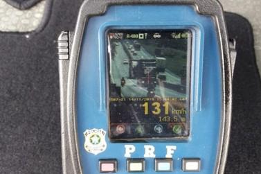 PRF flagra carreta a 131 km/h na Via Dutra, em Barra Mansa
