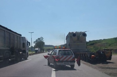Carreta com carga gigante volta a trafegar pela Via Dutra, no Sul do Rio