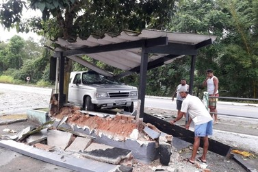 Carro atinge ponto de ônibus em Angra dos Reis