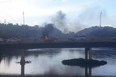 Homem coloca fogo em carrinho e deixa trânsito lento no Centro de Resende