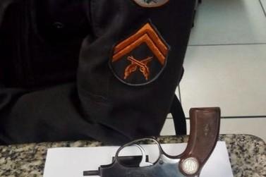 Homem é preso com arma após ameaçar vizinhos em Barra Mansa