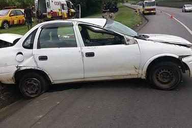 Carro capota com cinco pessoas e motorista embriagado é preso na Via Dutra