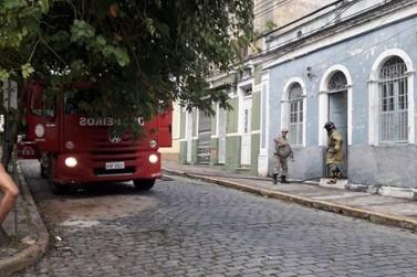 Sem morador, casa pega fogo no Centro de Resende