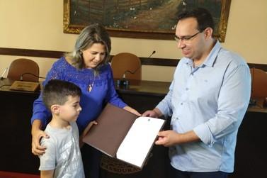 Após escrever carta para prefeito pedido de menino autista vira lei em Vassouras