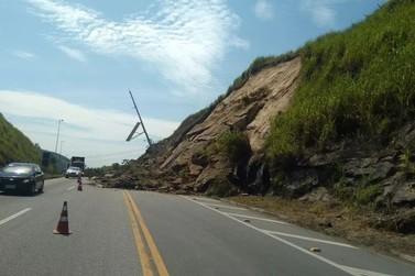 Barreira cai na Rodovia Lúcio Meira, no distrito de Massambará, em Vassouras