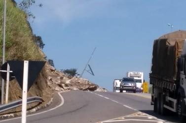 Rodovia continua parcialmente interditada após queda de barreira em Vassouras
