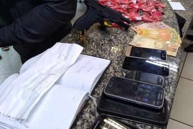 Grupo suspeito de tráfico de drogas é detido com drogas e arma em Barra Mansa