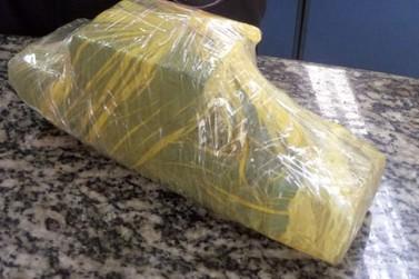 Mulher é flagrada com quase 1 kg de maconha na bolsa em Piraí