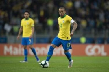 Capitão da Seleção, Daniel Alves conquista o 40º título da carreira