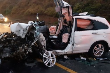 Duas pessoas ficam feridas em batida entre carro e caminhão em Vassouras