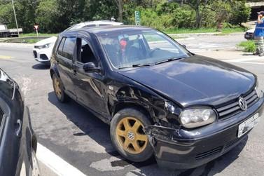 Acidente entre carros na BR-393, em Vassouras, deixa duas pessoas feridas