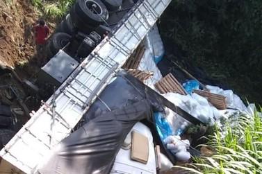 Caminhão cai no Rio Paraíba do Sul, na RJ-145, em Barra do Piraí