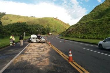 Colisão entre dois carros deixa motorista ferido na BR-393, em Vassouras