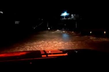 Alagamento bloqueia passagem de veículos no retorno de Floriano, na Via Dutra