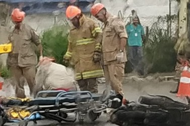 Batida entre moto e caminhão deixa jovem ferido em Angra dos Reis
