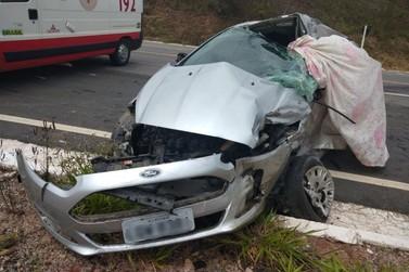 Motorista e passageiro morrem após acidente entre carro e caminhão na BR-267
