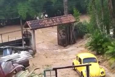 Temporal faz lago transbordar e água invade trecho da RJ-145 em Piraí
