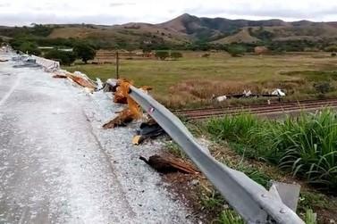Carreta sai da pista e cai de aproximadamente 15 metros em Vassouras