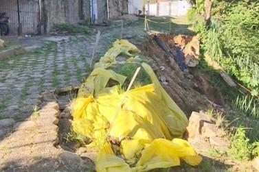 Moradores de Vassouras reclamam de situação precária em rua que cedeu há meses