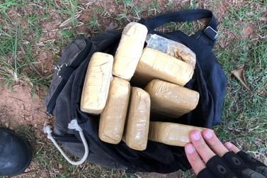 Oito tabletes de maconha são encontrados enterrados em área de mata em Três Rios