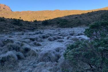 Parque Nacional do Itatiaia tem mais um dia de temperatura negativa e geada
