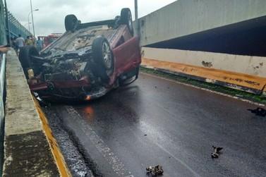 Motorista fica ferido depois de capotar na Avenida Radial Leste, em Volta Redonda, RJ
