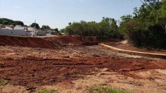 Município trabalha na construção de lago no Parque Ouro Branco - ® Portal da Cidade | Paranavaí