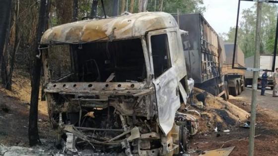 BR-376 Carreta pega fogo e condutor de carro morre em colisão entre Loanda e Paranavaí - ® Portal da Cidade | Umuarama