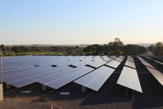 A usina conta com 6.200 placas solares para produzir 263 mil quilowatts/mês (100% da energia dos tribunais).