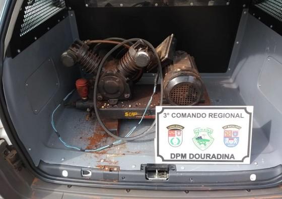 Ao revistar o veículo de um dos suspeitos, o motor foi localizado coberto por uma toalha no porta malas.